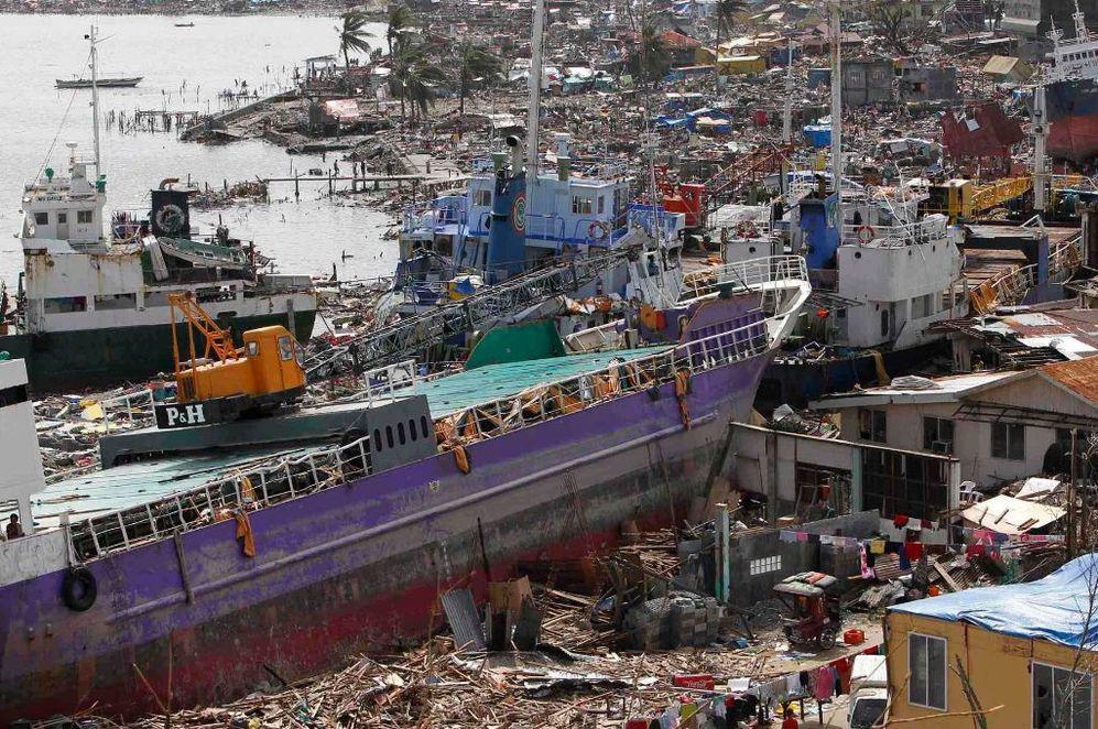 Buques de carga tras el paso del tifón 'Haiyan' en Filipinas.