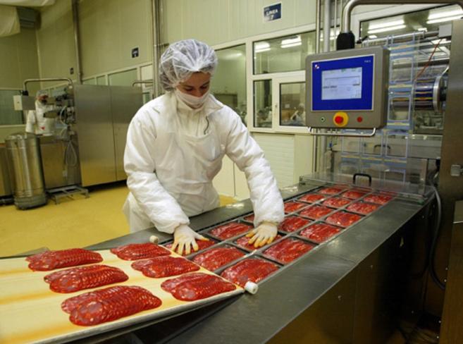 Trabajador en el interior de una de las fábricas del grupo Campofrío