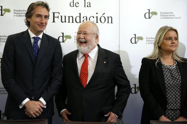 El presidente de la Diputación de Barcelona, en el centro de la...