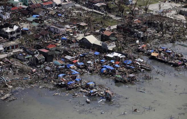 Vista aérea de los destrozos causados por el tifón Haiyan en la...
