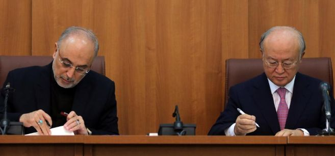 El presidente de la OEA de Irán, Alí Akbar, y el director de la...