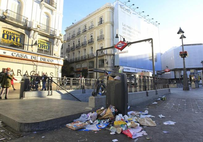 Basura acumulada en la Puerta del Sol.