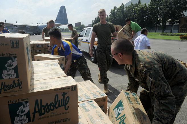 Soldados norteamericanos y filipinos se preparan para repartir ayuda a...