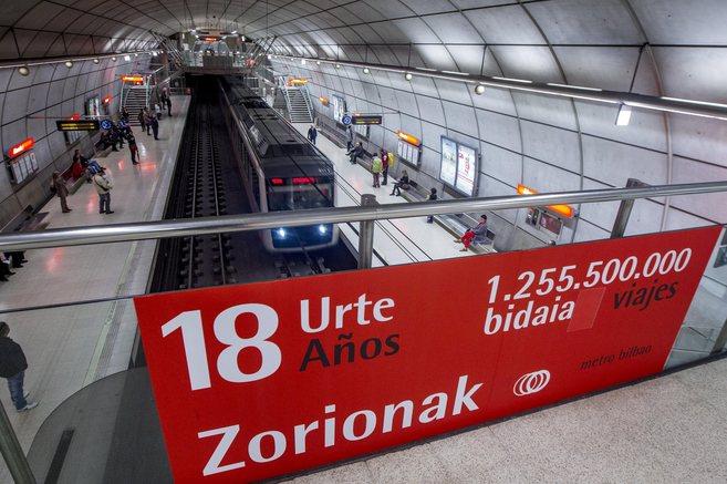 La  estación de metro de Abando con un cartel del 18 aniversario .