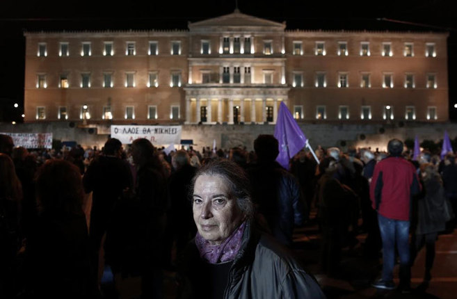 Seguidores de Syriza, frente al Parlamento en Atenas durante la...