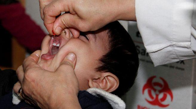 Un niño recibe una dosis de vacuna contra la polio en Damasco tras la...