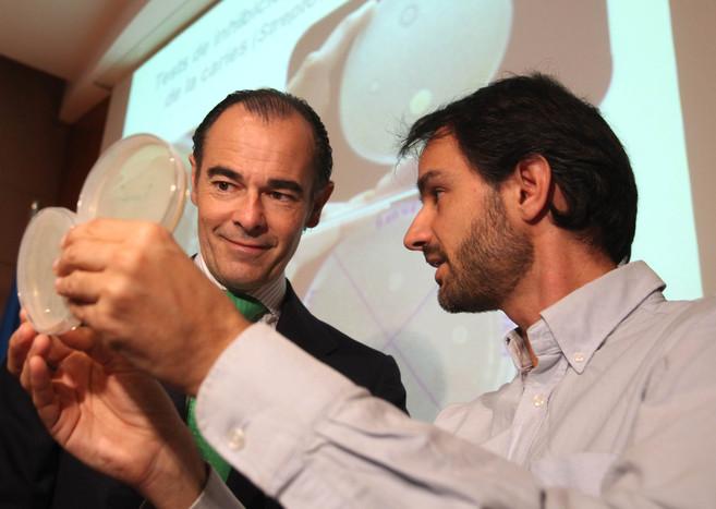El conseller Manuel Llombart junto al doctor Alejandro Mira, quien ha...