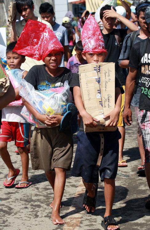 Un niño desplazado por el tifón Haiyan en un centro de evacuación...
