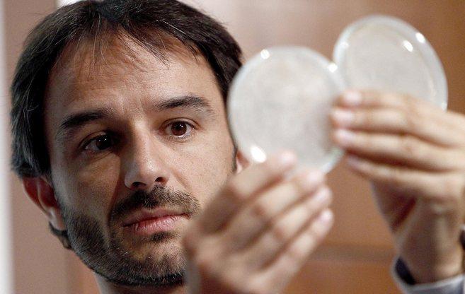 Alejandro Mira muestra dos placas de petri