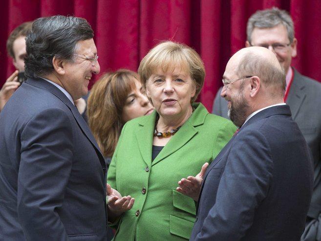 El presidente de la CE, Durao Barroso, con Angela Merkel y el...
