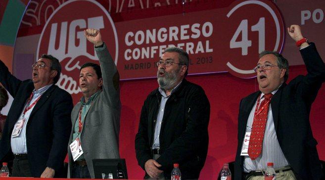 Antonio Retamino(a la derecha con el puño en alto) flanquea a...