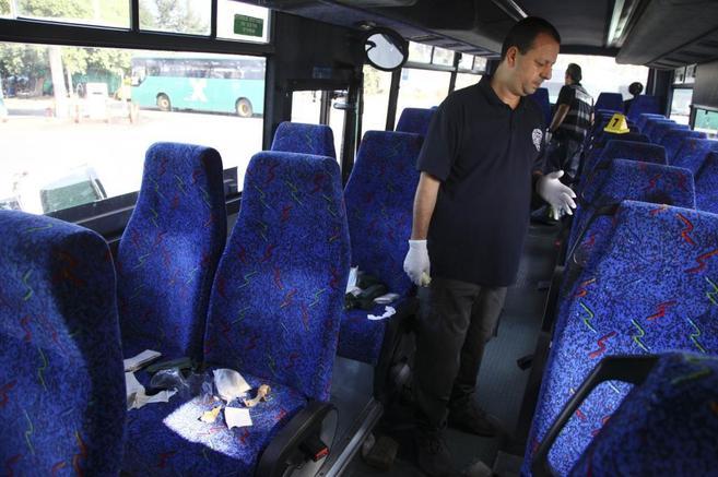 Un policía israelí en el autobús donde un adolescente palestino...