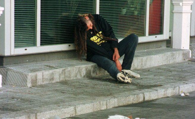 Un joven borracho durmiendo en la calle.