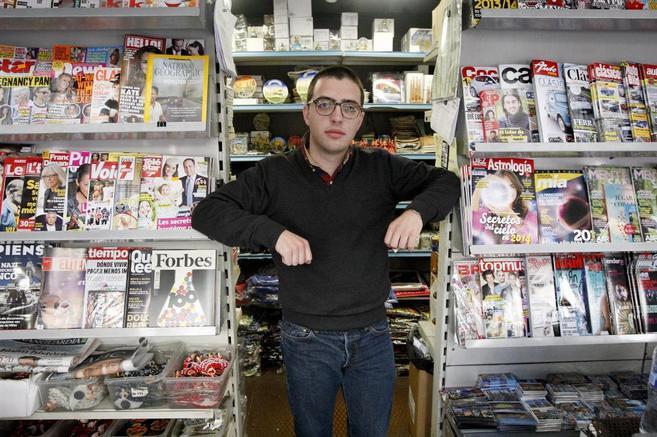 Andreu Pujol, posando en un quiosco de Las Ramblas, rodeado de...