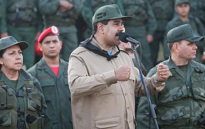 Nicolás Maduro habla junto a miembros de la cúpula militar y...