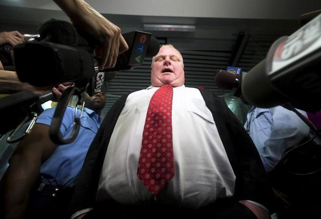 El alcalde de Toronto, rodeado de micrófonos en una comparecencia
