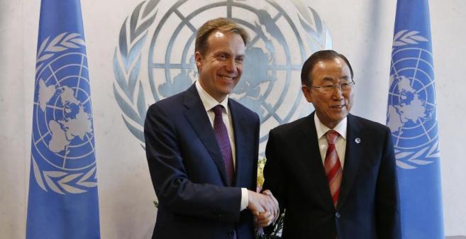 El ministro noruego de Asuntos Exteriores, Borge Brende, saluda a Ban...
