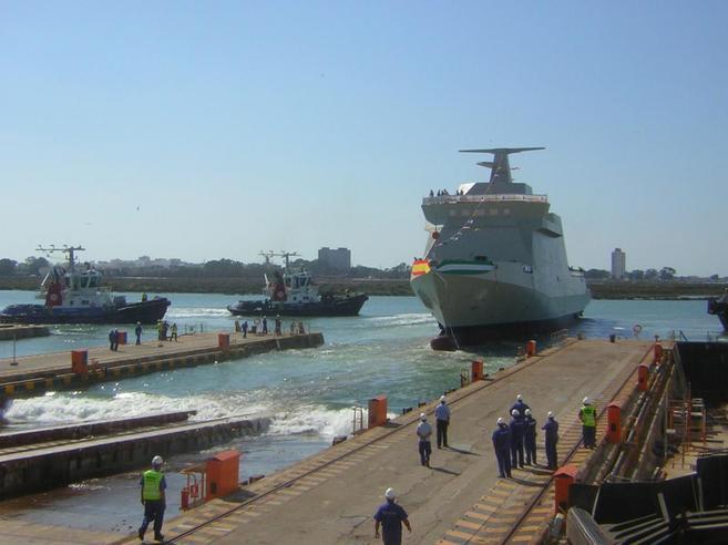 Un momento de la botadura de un barco de acción marítima en Navntia