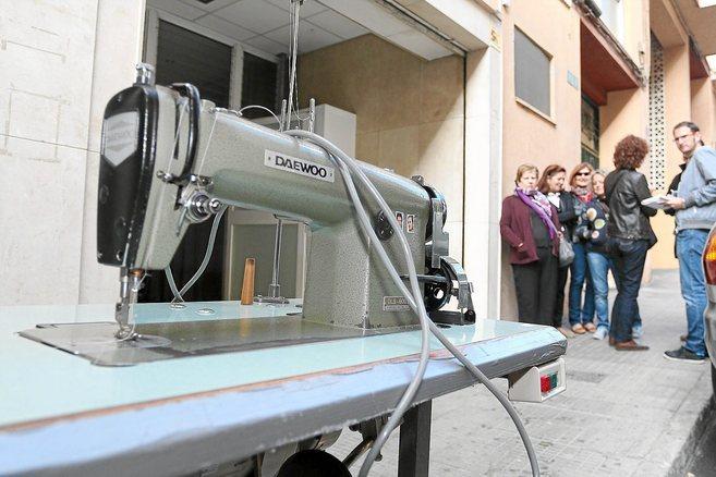 Los operarios se llevan las máquinas de coser del taller de Hannibal...