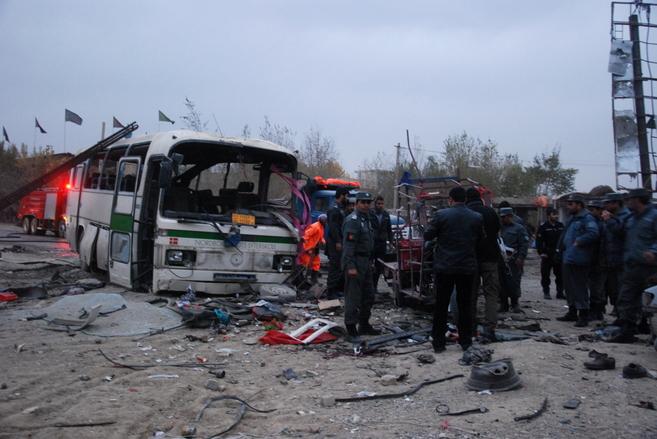 Policías afganos en el lugar del atentado, esta tarde en Kabul.