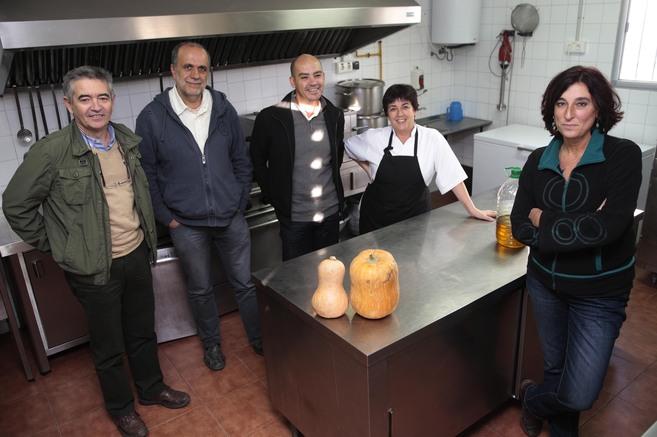 Representantes de la asociación de padres en la cocina del colegio.