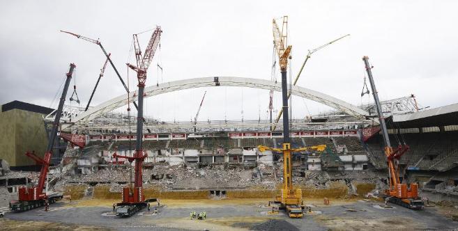 Varias grúas preparan el desmontaje del arco del viejo San Mamés el...
