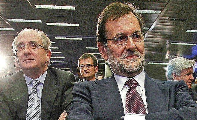 El presidente de Repsol, Antoni Brufau, tras el líder del PP, Mariano...