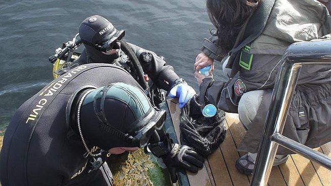 Buzos del Grupo Especial de Actividades Subacuáticas de la Guardia...