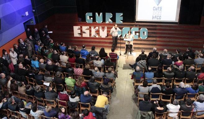 El grupo soberanista Gure Esku Dago durante la presentación del acto...