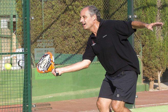 El ex presidente valenciano Francisco Camps, jugando un partido de...