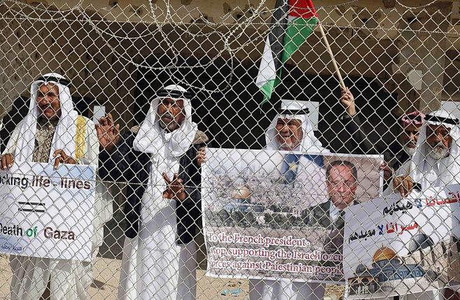 Palestinos en Rafa protesta contra la visita de Hollande a Israel.