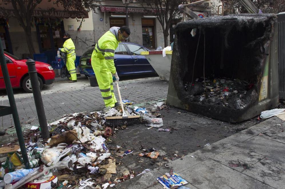 Limpiadores de Tragsa en el barrio de Lavapiés, este sábado.