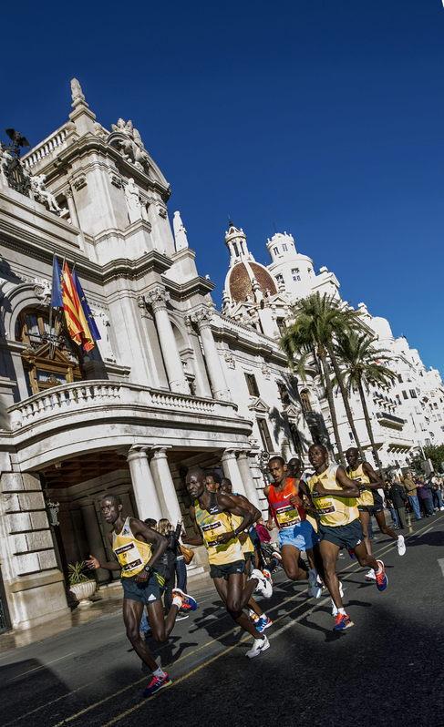 El grupo de favoritos a su paso ante el Ayuntamiento de la ciudad.