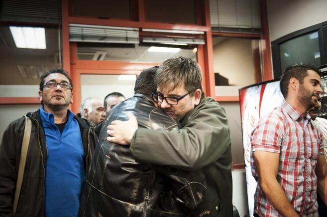 Dos sindicalistas de la limpieza se abrazan tras el acuerdo cerrado en...