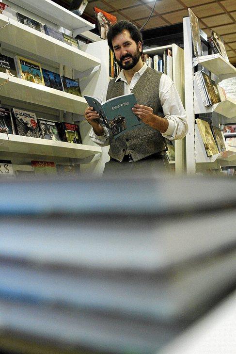 El dibujante Tomeu Pinya junto a un ejemplar de...