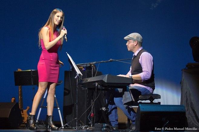 India Martínez, acompañada al piano, durante el concierto en el...
