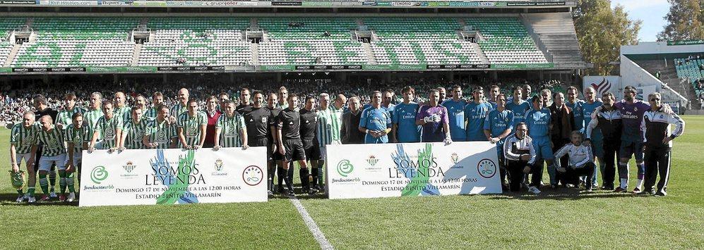 Las alineaciones de veteranos del Betis y del Real Madrid, antes del...