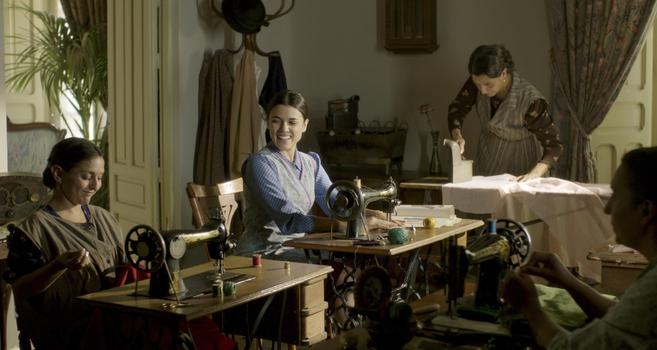 Sira, la protagonista, aprende a coser desde pequeña gracias a su...