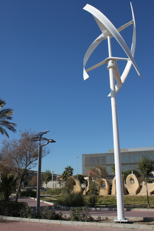 Una farola eólica y fotovoltaica de Endesa en Málaga.