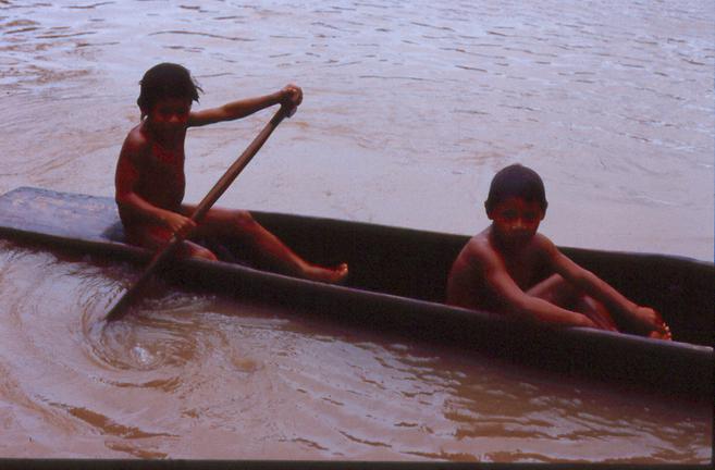Niños indígenas en una canoa. |