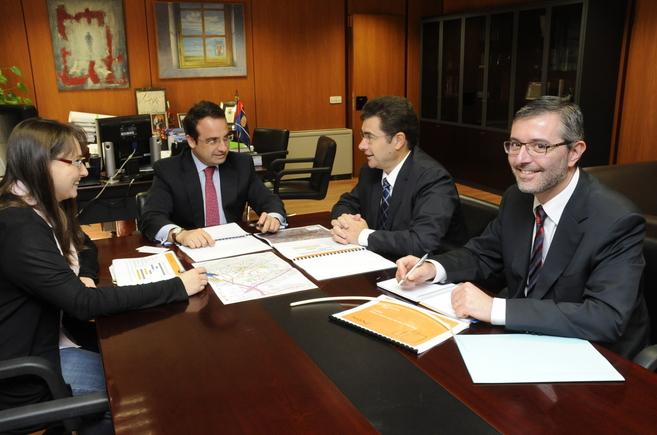 El alcalde de Móstoles durante la firma del acuerdo.