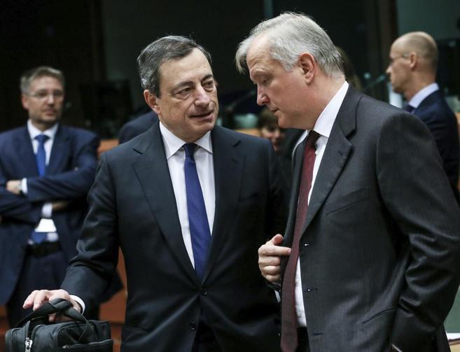 El presidente del Banco Central Europeo, Mario Draghi, junto al...