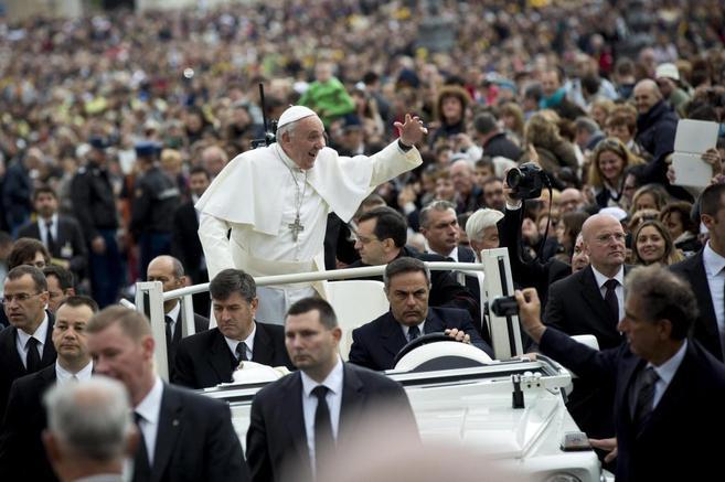 El Papa Francisco saluda a sus seguidores en la Plaza de San Pedro del...