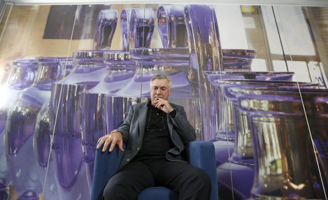 Ancelotti, durante la charla, delante de una imagen de las nueve Copas...