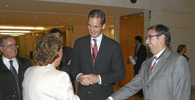 Iñaki Urdangarín y Diego Torres saludan a la alcaldesa de Valencia,...