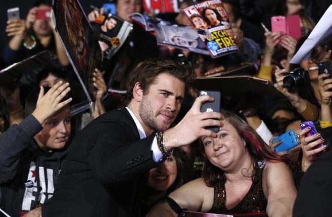 El actor Liam Hemsworth hace un 'selfie' en el estreno de la...