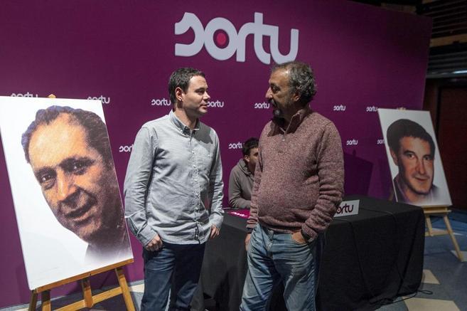 Hasier Arraiz  e Iñaki Egaña, con las fotografías de Mugurua y...