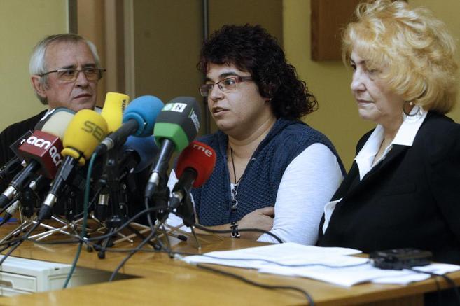 La madre, Rocío Rivas, con los representantes del Defensor del...