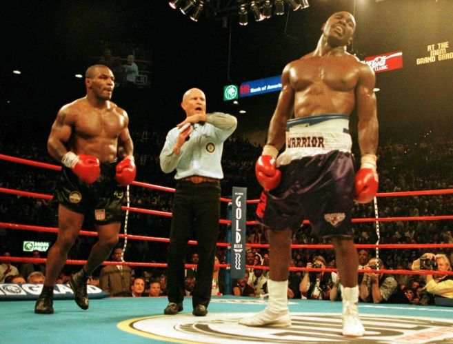 Myke Tyson y Evander Holyfield, durante su pelea en 1997.