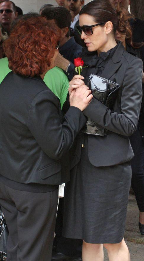 La madre de Mario Biondo, con Raquel Sánchez Silva en el funeral.